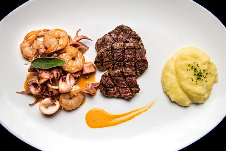 מסעדת FISH - מדליוני פילה בקר, שרימפס קלאמרי סגול ופירה ברוטב דלעת ערמונים - צילום מתן כץ